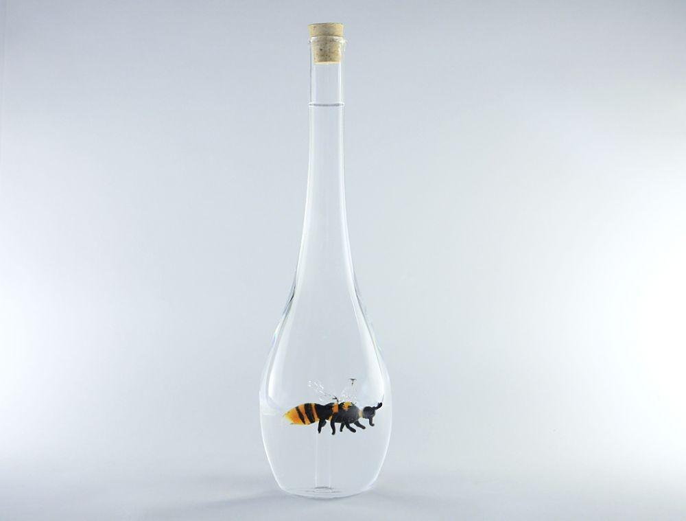 Графин с пчелой