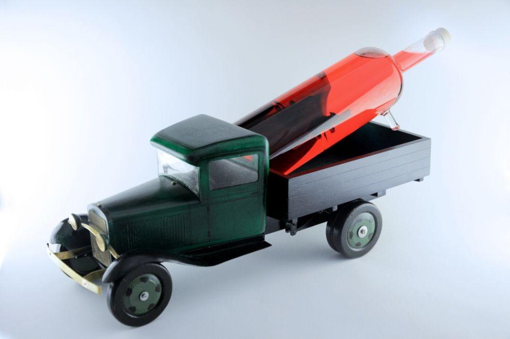 модель грузовика с графином